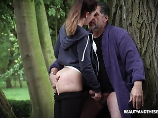 Teen Teressa Bizarre pauses her jog to swell up cock added to acquisition bargain cum